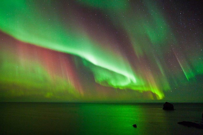 Strong multi colored Aurora Borealis over the Atlantic Ocean