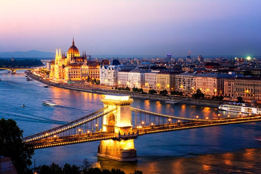 Chain Bridge in Budapest in the evening