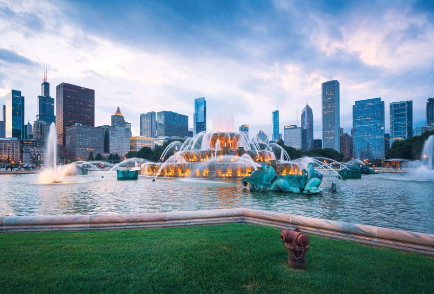 Buckingham fountain with city in the background