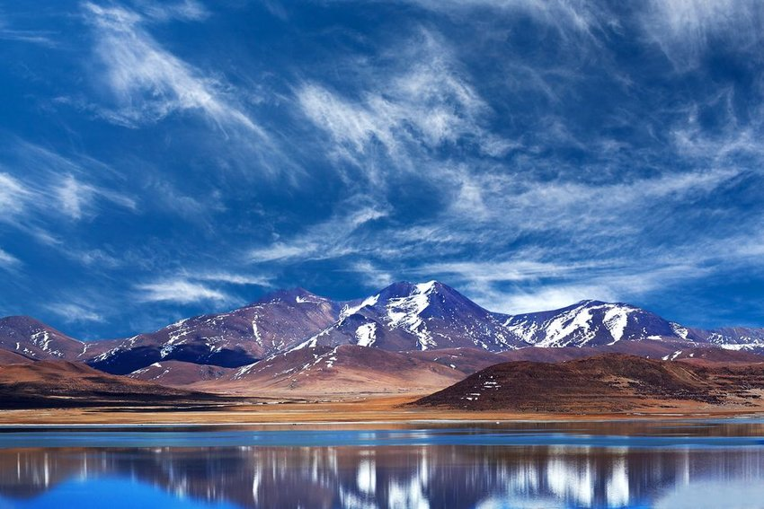 Peiku Tso Lake on the Tibetan Plateau in Tibet