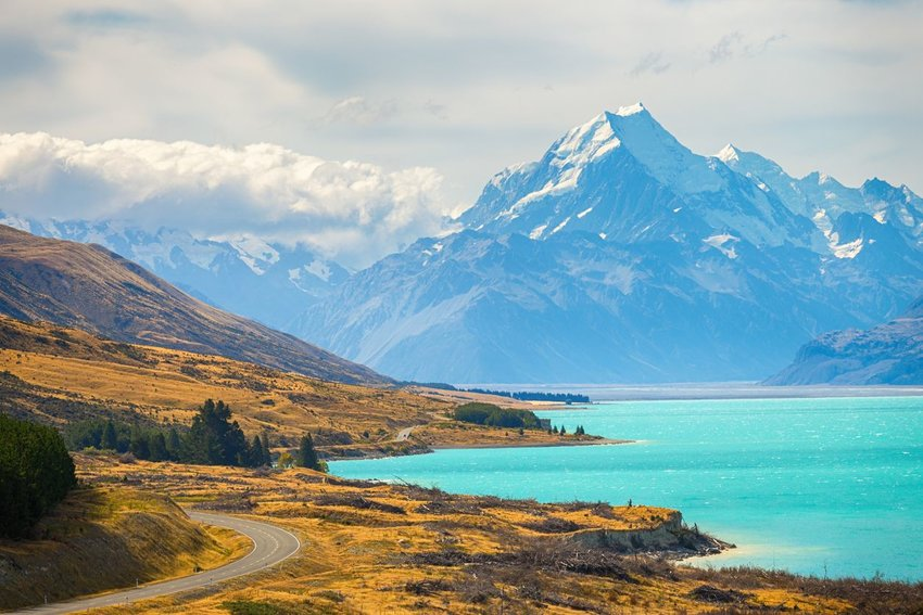 Lake Pukaki in New Zealand with Mount Cook in the background