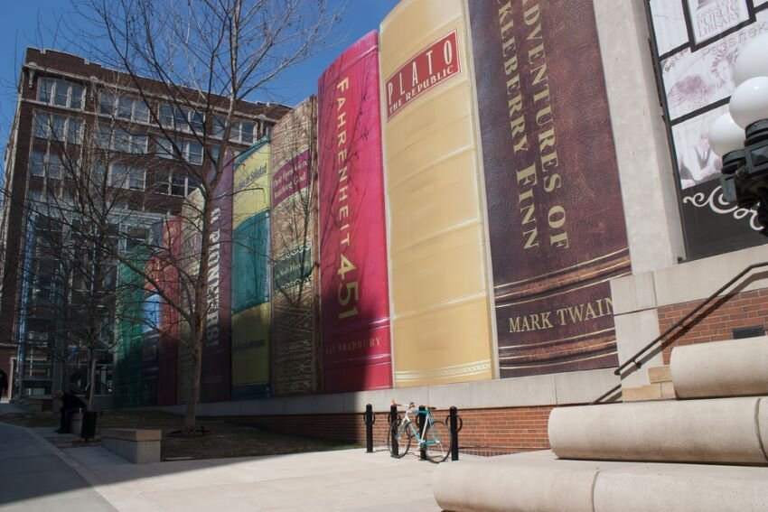 The outside of the. Kansas City Public Library.