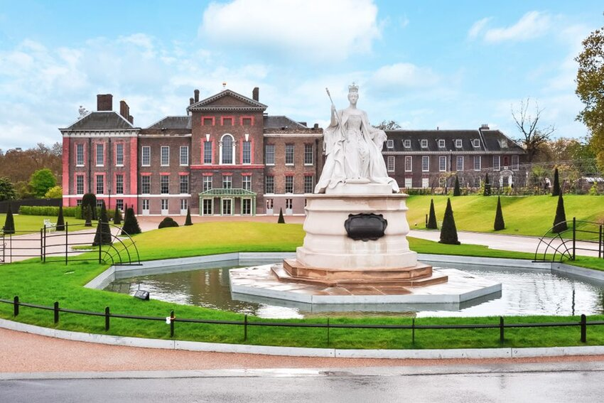 Kensington palace and Queen Victoria monument in London, UK.